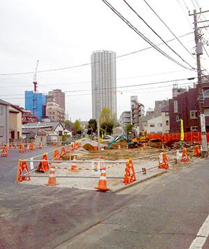 (2)余丁町児童公園近くまで道路工事が迫る