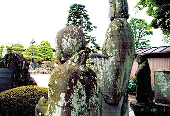 背中のかすがいがインパクトのある「女郎買い地蔵」(大雲寺)