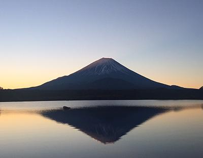 寒い空気の中で、太陽の光が徐々に広がって、強くなってきて、富士山の横側から光の射線が見えてきた