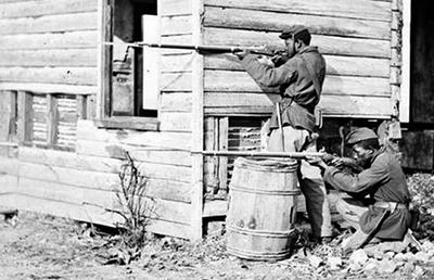 銃を撃つ黒人兵士