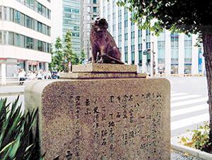 「虎ノ門」の碑。数多くの歴史を秘めた場所だ