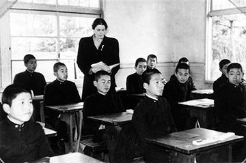 ヴァイニング夫人と中等科当時の天皇(婦人の左)