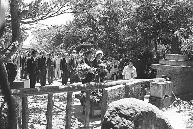1975年7月17日、ひめゆりの塔に献花する皇太子夫妻(当時)。この直後火炎瓶が投げつけられた