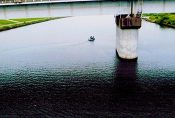 荒川のかつての戸田の私近くを今も小舟が行き交う