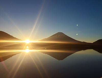 太陽がぐんぐん昇り、湖の投影にある太陽も加えたら、2つの日球が同時に光り、その光は異常に眩しかった