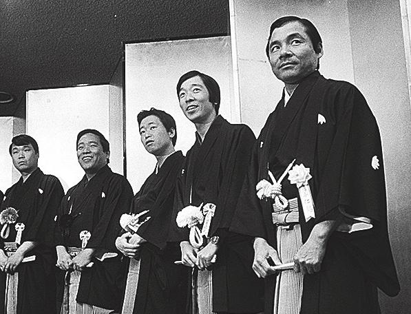笑福亭松鶴の紫授綬褒章受章祝賀会に仁鶴らが並ぶ(1981年)